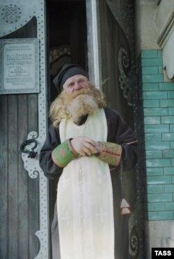 Настоятель монастыря русских старообрядцев в селе Белая Криница Черновицкой области Украины иеромонах Симеон во время отдыха.1 января 1998 г.
