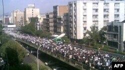 Іран - Колона прихильників кандидата у президенти Міра Хосейна Мусаві виходить на міст Крікхам під час мітингу в Тегерані, 17 червня 2009 р.
