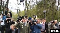 Представители российского посольства вчера проигнорировали праздничные мероприятия, но сегодня отдали дань памяти победителям фашизма