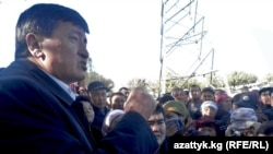 Osh region Governor Sooronbai Jeenbekov met with some of the protesters on November 9 and promised to try to find them land in the suburbs.