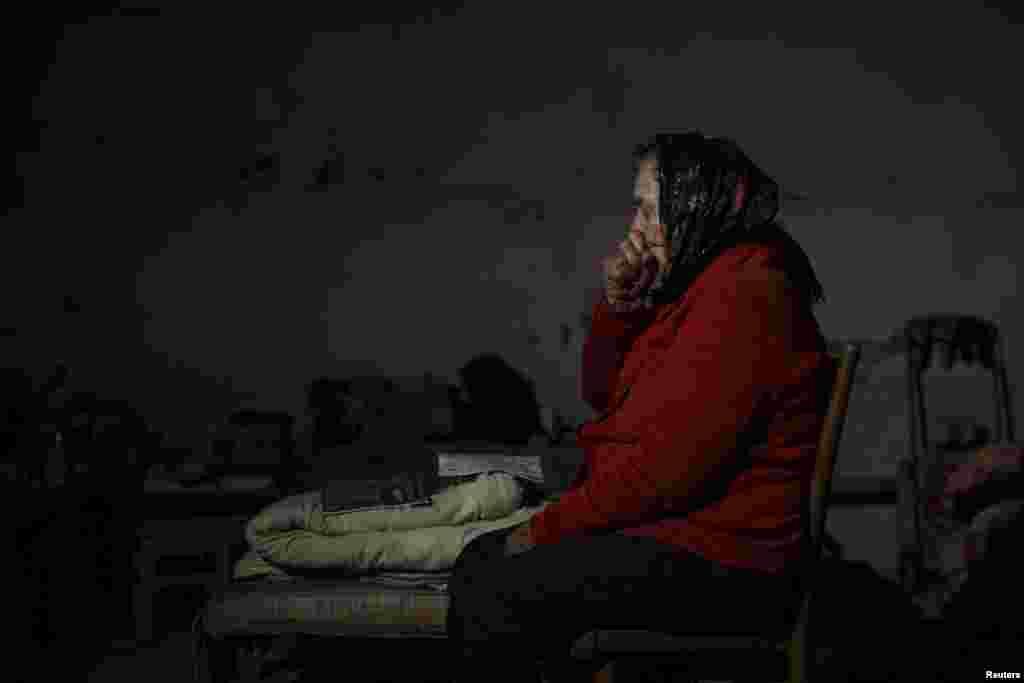 Літня жінка у підвалі-бомбосховищі під час артобстрілу міста Ясинувате, 22 вересня 2014 року