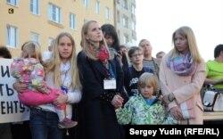 Семья Василия Попова на митинге за отставку Худилайнена