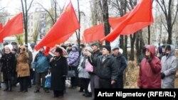Активисты Коммунистической партии Казахстана на митинге по случаю 93-й годовщины революции 1917 года. Уральск, 6 октября 2010 года.