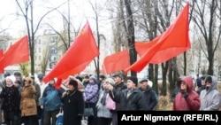 Активисты Компартии Казахстана на митинге по случаю 93-й годовщины Октябрьской революции 1917 года. Уральск, 6 октября 2010 года. (Иллюстративное фото).
