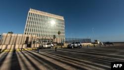 Будівля посольства США на набережній Малекон у Гавані, ще без прапора