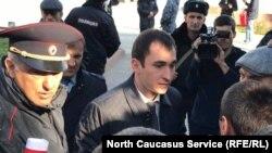 Ранее к митингующим вышел представитель администрации, который пригласил мококцев в здание привительства