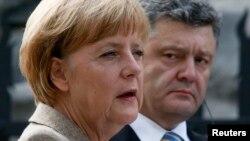 Канцлер Германии Ангела Меркель (слева) и президент Украины Петр Порошенко на совместной пресс-конференции. Киев, 23 августа 2014 года.
