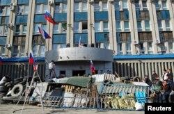 Здания СБУ Донецкой и Луганской областей Украины, в которых хранилась часть архивных документов, были захвачены сепаратистами одними из первых