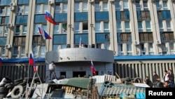 هواخوان روسی روز هفتم آوریل در سنگرهایی مقابل ساختمان اداره اطلاعات اوکراین در شهر لوهانسک در شرق اوکراین تجمع کردند