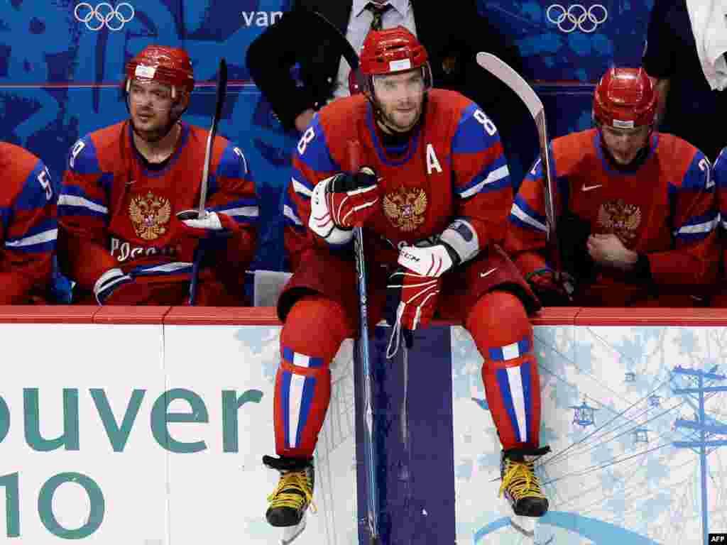 Суперзірка російського хокею Олександр Овечкін вивищується над лавкою для гравців під час чвертьфіналу в матчі з Канадою. У Ванкувері російська збірна виграла лише 15 медалей, з них три золоті. Це був найгірший результат відтоді, як Росія почала виступати на змаганнях самостійно після розпаду СРСР, починаючи з Олімпійських ігор у Ліллехаммері в Норвегії