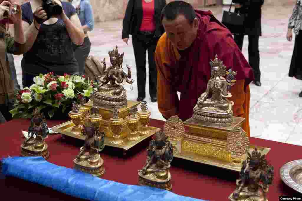 Со святыми дарами встретился глава буддистов России XXIV Пандито Хамбо Лама Дамба Аюшеев.