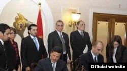 Crnogorski ministar transporta Andrija Lompar ministar za ekonomiju Ujedinjenih Arapskih Emirata potpisuju sporazum o vazdušnom saobraćaju, 6. oktobar 2011
