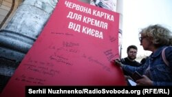 #SaveOlegSentsov. В Киеве показали «красную карточку» Кремлю (фотогалерея)