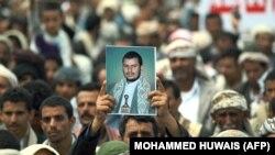 تصویر عبدالمالک حوثی در دستان یکی از هوادارانش