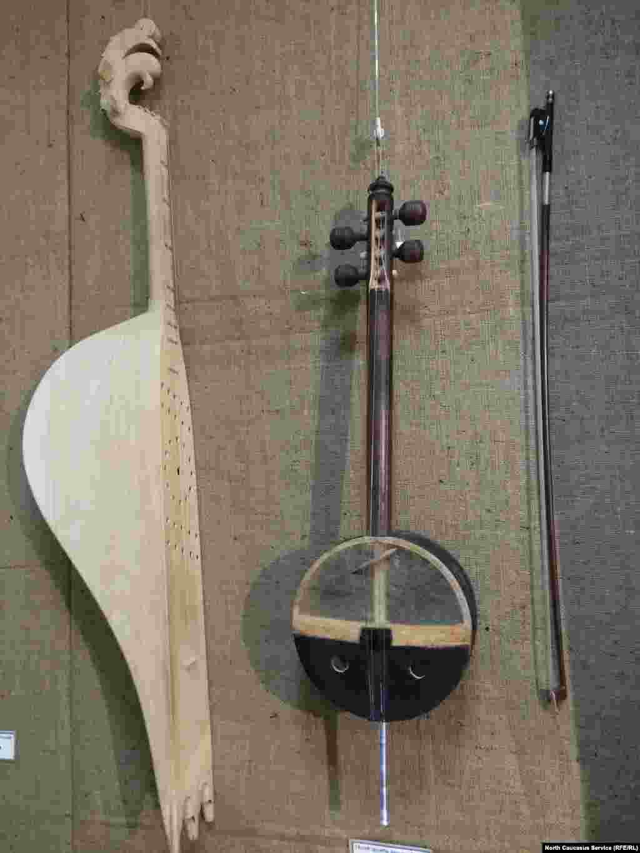 Музыкальные инструменты горцев. Слева – пандур, справа – чагъана (вроде скрипки)