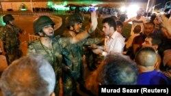 نیروهای ارتش در حال بحث با مردم در میدان تقسیم استانبول