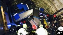 Ekipet e shpëtimit afër vagonëve që dolën nga binarët në metron e Moskës