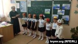 """Мәктәпләрдә кырымтатар теле хәзерге вакытта кирилл әлифбасында укытыла. Акмәчетнең 37нче мәктәбендә """"Соңгы кыңгырау"""" көне."""