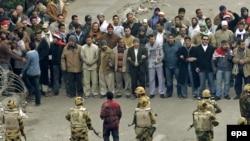 В центре Каира солдаты контролируют группу демонстрантов