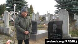 Аляксандар Талерчык каля помніка Антону Валынчыку ў Горадні