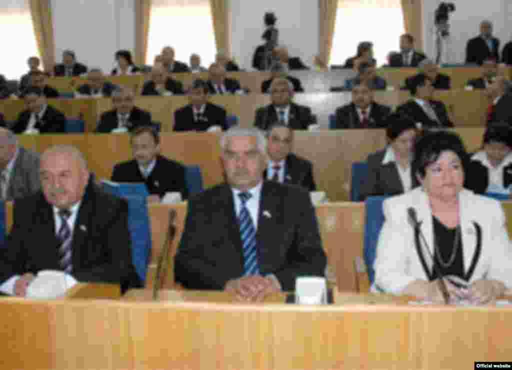 Сафаралӣ Раҷабов (дар мобайн)