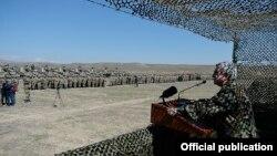 Լեռնային Ղարաբաղ - Հայաստանի նախագահ Սերժ Սարգսյանը ելույթ է ունենում Պաշտպանության բանակի զինծառայողների առջև, 25-ը մարտի, 2017թ․