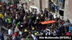 البحث عن ناجين بين بقاياعمارة انهارت في الاسكندرية