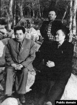 """Әдебиеттанушы Есмағамбет Исмаилов (сол жақта) және Әлкей Марғұлан (оң жақта) Алматыдағы демалыс орындарының бірінде. 1955 жыл. Екеуі де эпостық дастандарды """"дұрыс түсіндірмегені"""" үшін 1947-53 жылдары өткір сынға ұшырады. Исмаилов 1951 жылы """"ғылыми талқылаудан"""" соң 25 жылға лагерьге айдалды. Сталин өлген соң амнистиямен босап шықты. 1993 жылы ақталды."""