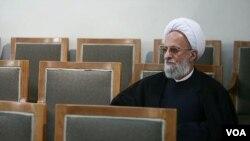 محمدتقی مصباح یزدی پیش از این گفته بود که برخی بیشرمانه «مکتب ایران» را به جای «مکتب اسلام» معرفی میکنند