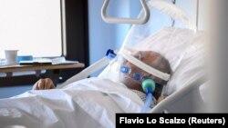 Допомога хворому на COVID-19 в Італії