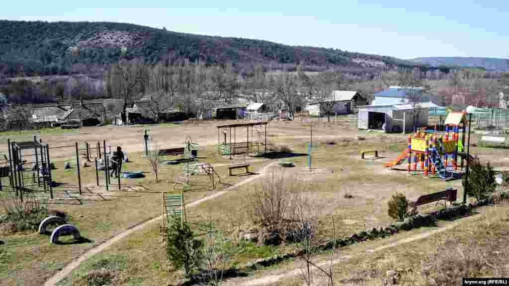 На построенных недавно спортивной и детской площадках никого нет