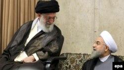 Алі Хаменеї (л) на цьому фото 2015 року посміхається Хасанові Роугані (п), а нині критикує його економічну політику