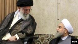 Иранның рухани көсемі аятолла Әли Хаменеи (сол жақта) мен Иран президенті Хассан Роухани.