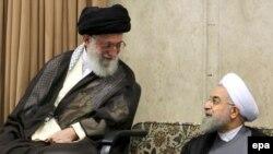 Eýranyň baş ruhany lideri Aýatolla Ali Hamenei (ç) we prezident Hassan Rohani (s)