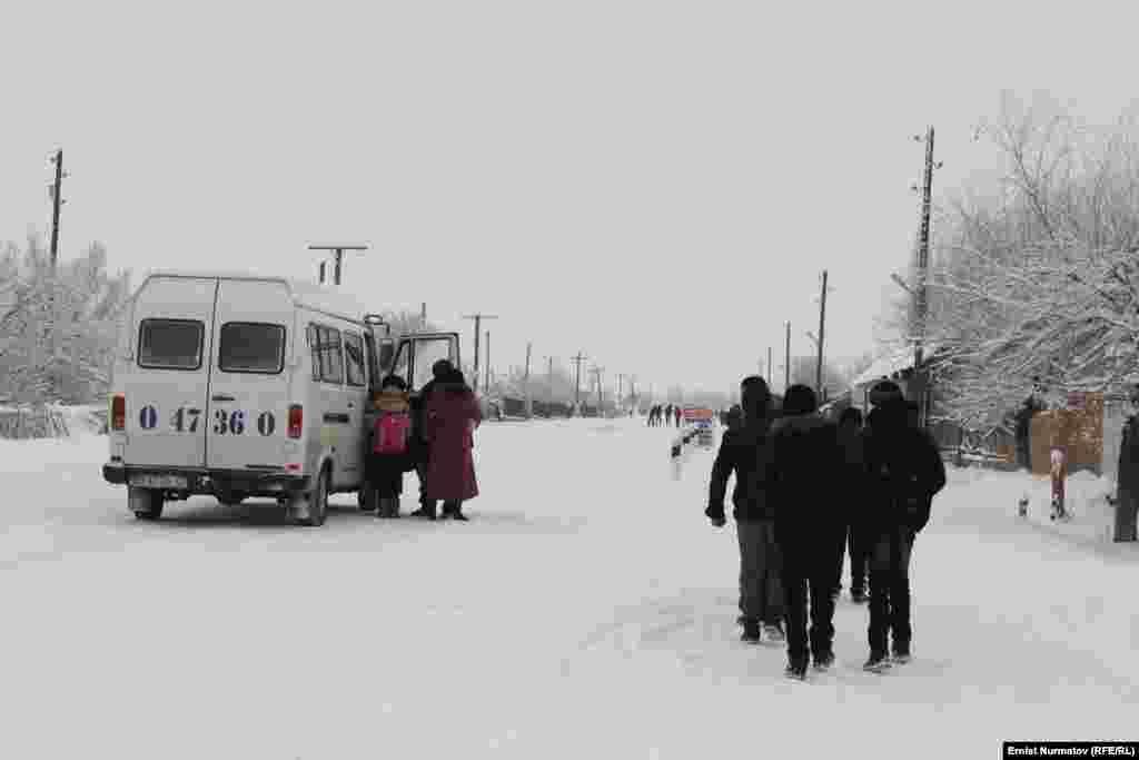 В селах практически отсутствует общественный транспорт. Люди ездят на пригородных микроавтобусах или пользуются услугами частных перезвозчиков.