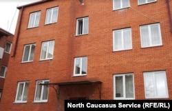 Новенькая трехэтажка, куда переехали Гибизовы
