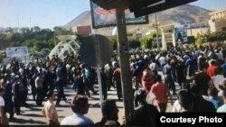 تجمع خانوادههای کولبران و مردم محلی بانه در مقابل فرمانداری بانه، عکس از شبکه های اجتماعی