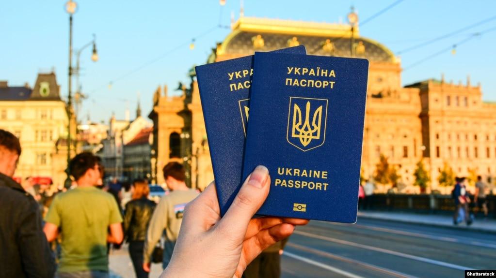 Власник українського паспорта може мандрувати без віз до 90 країн