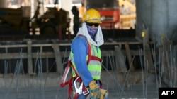 Inostrani radnik na jednom od katarskih gradilišta, ilustracija