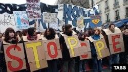 Последние двадцать с лишним лет все попытки французских властей модифицировать социальную систему потерпели крах из-за легкости, с которой любое недовольство приобретает формы массовых демонстраций и стачек