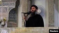 """Снимок, возможно, изображающий лидера группировки """"Исламское государство"""" Абу Бакра аль-Багдади."""