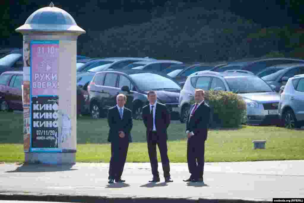 Начальнік службы аховы Лукашэнкі Андрэй Паўлючэнка (у цэнтры) каля Палацу Незалежнасьці