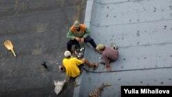 Muncitori moldoveni pe acoperiş