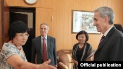 Kyrgyzstan -- Kyrgyz President Roza Otunbaeva meets with RFE President Jeffrey Gedmin (Bishkek, 06Sep2010)