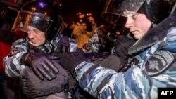 Поліція затримує учасника протесту, Москва, 30 грудня 2014 року