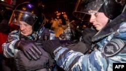 Поліція затримує учасника акції протесту в Москві, 30 грудня 2014 року