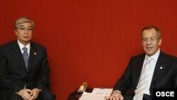 Касым-Жомарт Токаев в бытность министром иностранных дел Казахстана (слева) и министр иностранных дел России Сергей Лавров. Брюссель, 5 декабря 2006 года.