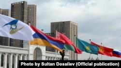 Флаги стран - участниц ЕАЭС.
