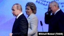 Уладзімір Пуцін, Валянціна Мацьвіенка і Аляксандар Лукашэнка на Форуме рэгіёнаў у 2016 годзе
