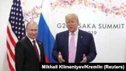 Президент США Дональд Трамп (справа) и президент России Владимир Путин на встрече на полях саммита «Большой двадцатки» в Осаке. 28 июня 2019 года.